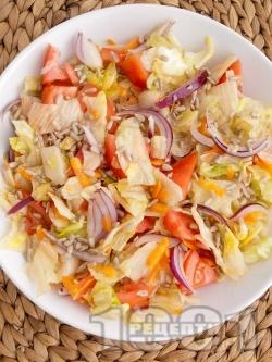 Пъстра салата с айсберг, домати и моркови - снимка на рецептата